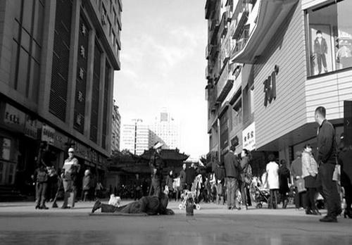 闹市中的乞丐