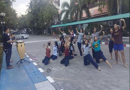 泰国学生做啦啦操场面震撼