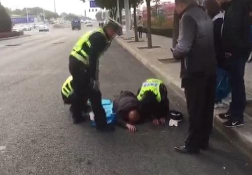 老人晕倒路边,兰州交警及时救助!