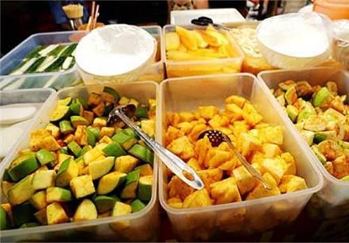 广东人什么都吃?广西人:我们水果都要沾辣椒!