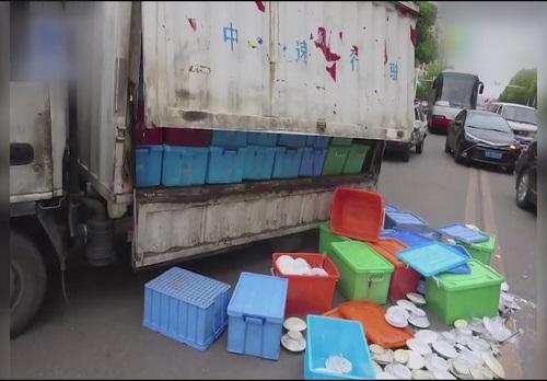 """马路惊魂!货车""""斜展铡刀"""",瞬间切开公交车车体!"""