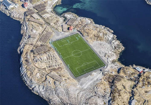 这是一个没有观众的足球场,但也是全球最美的足球场!