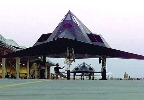 作为世界上第一款隐身战斗轰炸机,F117A为何早早退役?