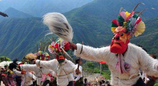 """甘肃省白马藏族村千年积淀的民俗文化被代代""""复活"""