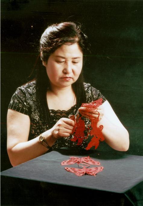 中国民间艺术家协会剪纸艺术会会员吉彩琴