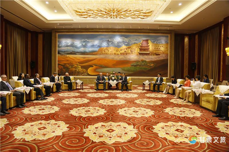 李金早会见出席敦煌行旅游节开幕式的外国嘉宾