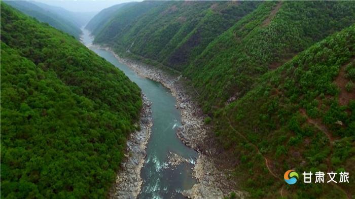 中国古人创造了许多千年大计,至今熠熠生辉,展现了卓绝的中国智慧。2017年10月10日,从墨西哥传来让国人振奋的消息,在世界灌排委员会执行大会上,我国又有三处古代水利工程,被确认成功入选世界灌溉工程遗产。此前,我国的陕西郑国渠、四川东风堰等10处灌溉工程,已成功入选,加上这次入选的3处,我国已有13处世界灌溉工程遗产。 1、宁夏引黄古灌区 宁夏引黄古灌区位于黄河上游前套,灌区南北长约320公里,东西最宽约40公里,面积约6600平方公里,灌区以青铜峡为界,以上为卫宁平原,以下为银川平原。宁夏引黄灌溉历史悠