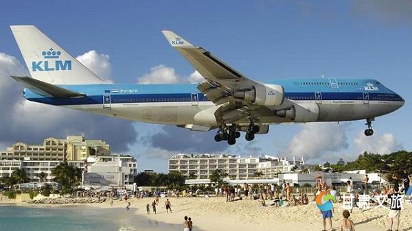 机场跑道特别短,飞机起飞或降落时离海滩的高度只有约10-20米,有时